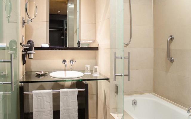 Cuenta con un cuarto de baño limpio y de mobiliario minimalista