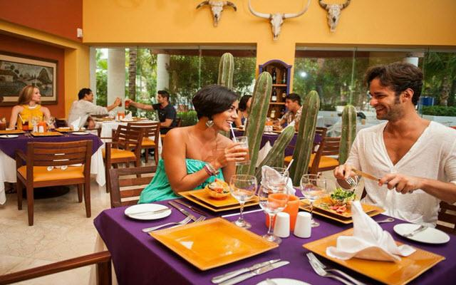 Hotel Oasis Palm ofrece restaurantes con variedad de especialidades