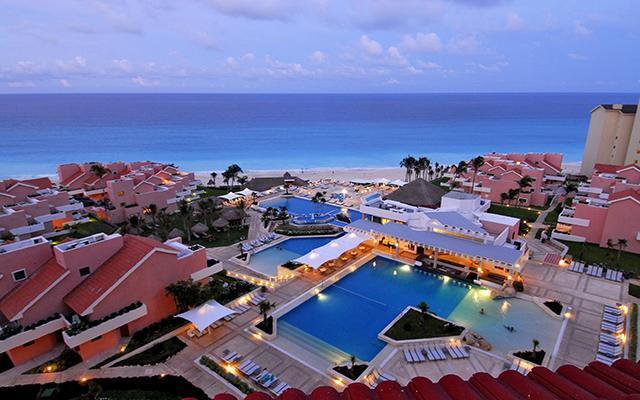 Sus 347 habitaciones cuentan con terraza y vistas al jardín, al mar Caribe o a la laguna