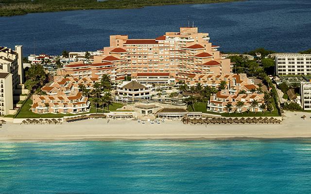 Omni Cancún cuenta con un excelente ubicación: a 20 minutos del aeropuerto de Cancún y del centro de la ciudad