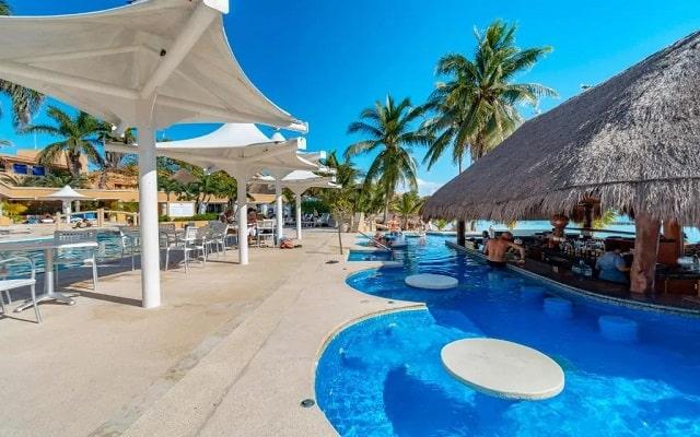 Pa Beach Club & Hotel, refrescate con tu bebida preferida en la alberca