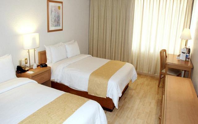 Te ofrece habitaciones sencillas de estilo moderno