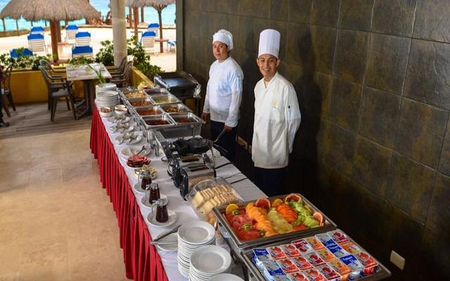 Desayuno buffet del hotel Playa Azul Golf Scuba and Spa