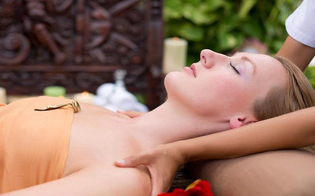 Te ofrece Spa con masajes
