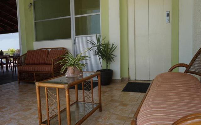 Hotel Plaza Cozumel se encuentra rodeado de restaurantes y tiendas