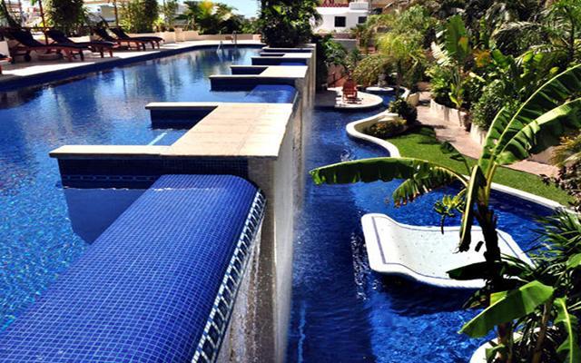 Porto Playa Condo Hotel and Beach Club, descansa en el área de alberca