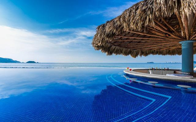 Posada Real Ixtapa, disfruta una bebida en el pool bar