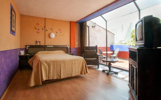 Te ofrece habitaciones sencillas de estilo colonial