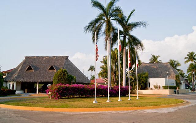 Hotel Qualton Club Ixtapa, entrada principal