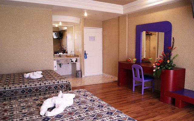 Te ofrece amplias habitaciones de estilo rústico