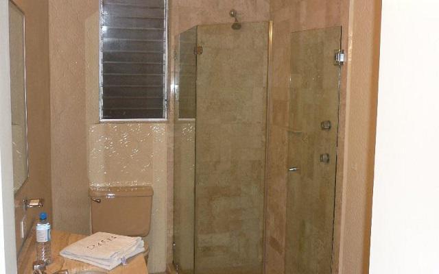 Pone a tu disposición un sencillo pero limpio cuarto de baño