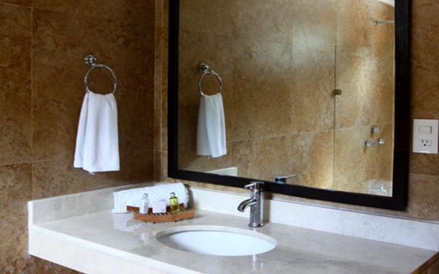 Baño completo con regadera y artículos de aseo gratuitos