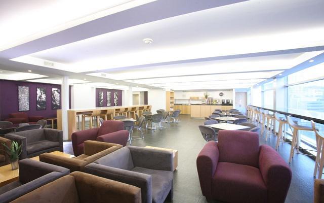 Disfruta de los servicios que ofrece el Bar y Lounge Stadía