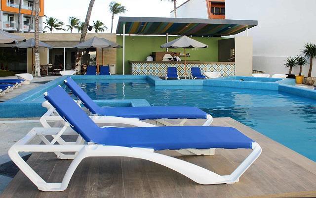 Star Palace Beach Hotel, disfruta de ricas bebidas en el bar de la alberca