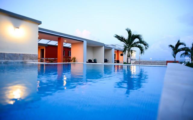 Sunrise 42 Suites Hotel, disfruta de su alberca al aire libre