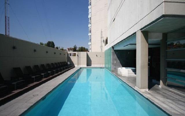 Disfruta del sol en la piscina al aire libre