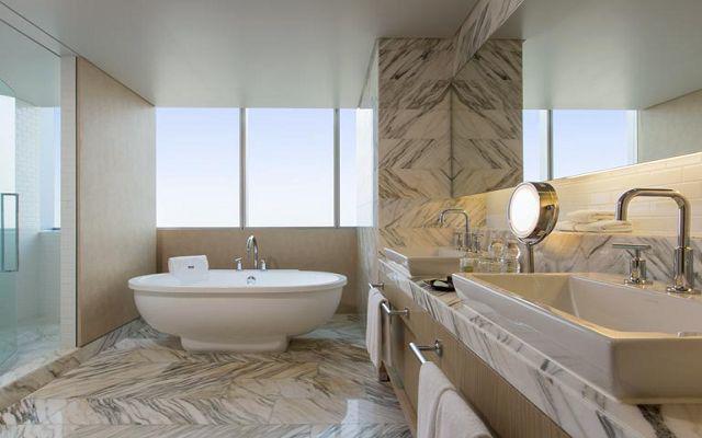 Baños estilo spa, con cubiertas de mármol