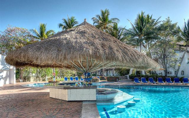 Vamar Vallarta All Inclusive Marina and Beach Resort, disfruta un coctel en el pool bar