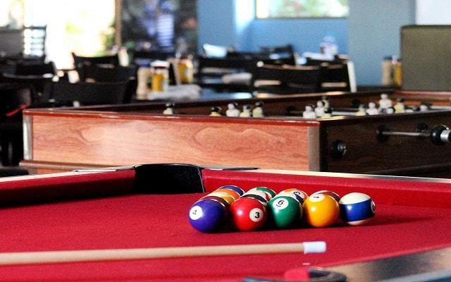 Villa del Palmar Beach Resort and Spa, juega un partido de billar