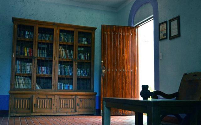 Cuenta con una pequeña biblioteca