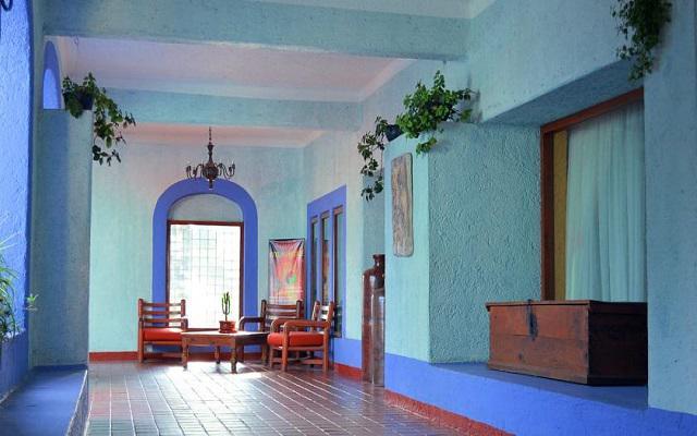 Cuenta con instalaciones de estilo colonial y ambientación de tipo hacienda