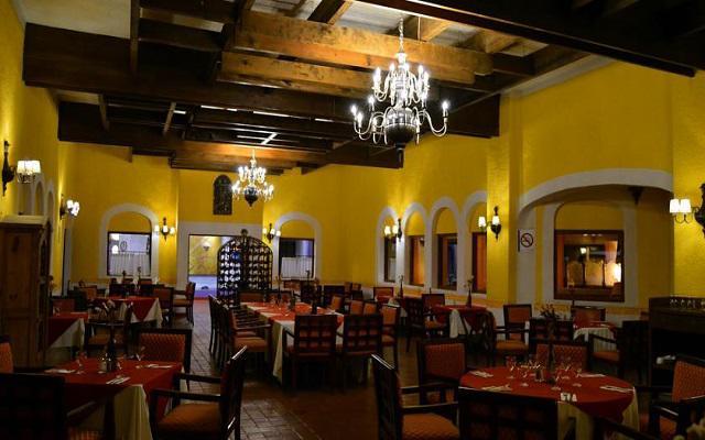 El restaurante Media Luna te ofrece un menú de comida internacional y mexicana