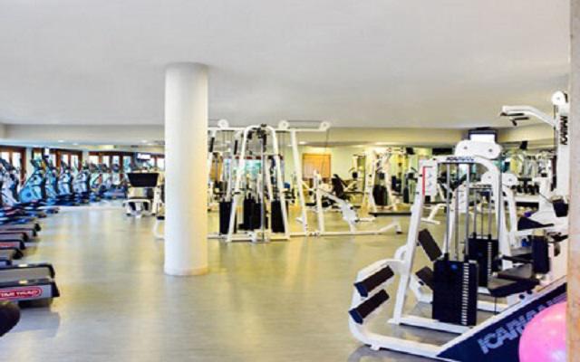 Ejercítate en el gimnasio disponible.