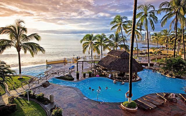 ¡Viaja a Puerto Vallarta! Vuelo y Hotel Plaza Pelicanos Grand Beach Resort saliendo desde MTY