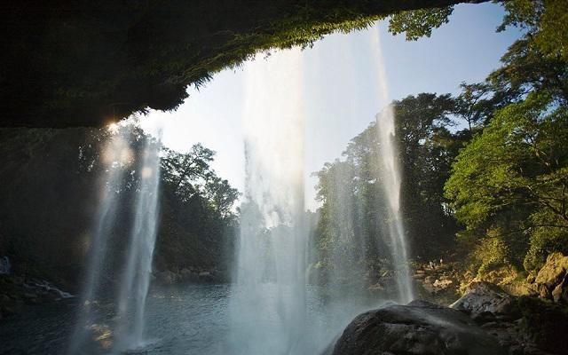 Cascadas Agua Azul, Misol há y Ruinas de Palenque, una caída de 25 metros en Misol-Há