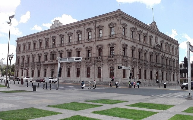 Circuito Cultural por Barrancas del Cobre, Chihuahua y El Fuerte 4 días 2x1, podrás conocer el Palacio de Gobierno