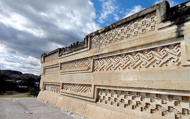 Circuito Cultural por Oaxaca, Monte Albán, El Tule, Hierve el Agua y más, admira la ornamentación de Mitla