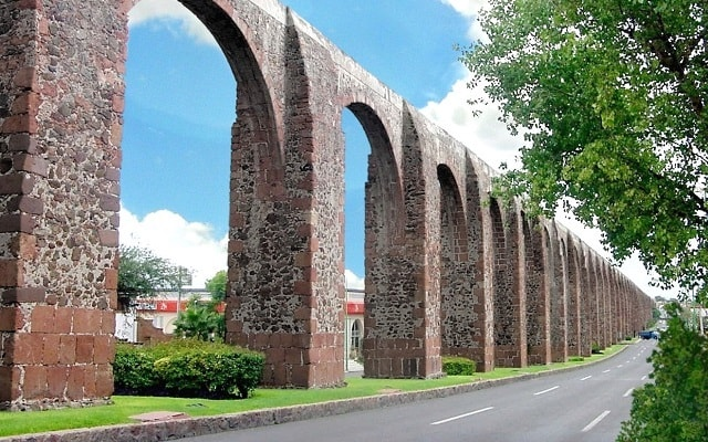 Circuito Cultural Ruta de la Independencia Guanajuato por 3 Días, conocerás el acueducto de Querétaro que tiene 74 arcos y supera los 28 metros de altura
