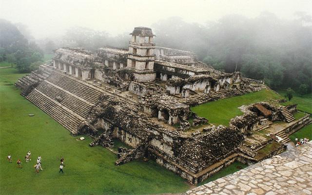 Palenque con sus famosas estelas