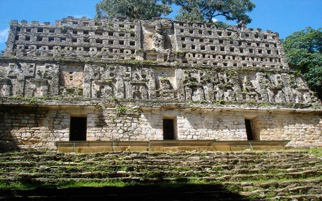 Yaxchilán enclavada en la selva