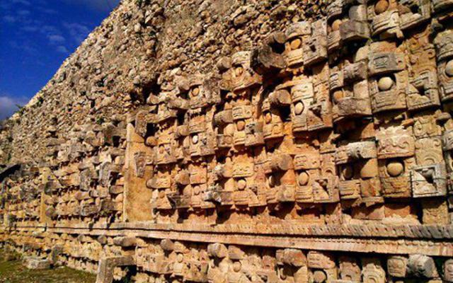 Admira piedras labradas en Kabah