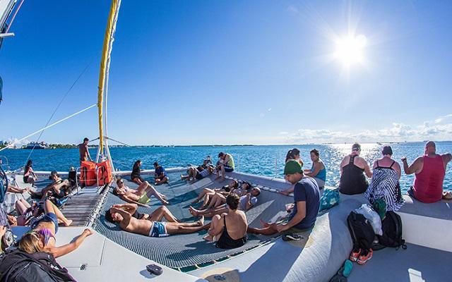 Isla Mujeres Aventura en Catamarán, durante el trayecto podrás tomar el sol y contemplar el paisaje