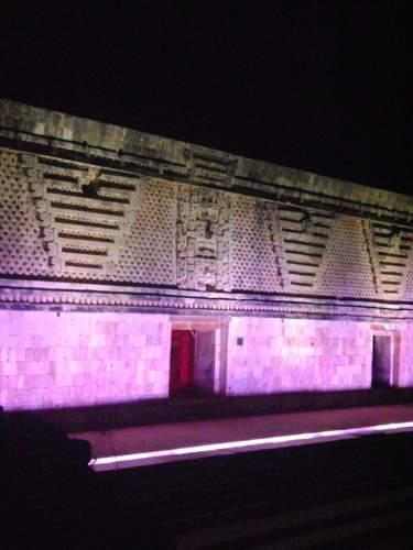 Estructura iluminada en Uxmal