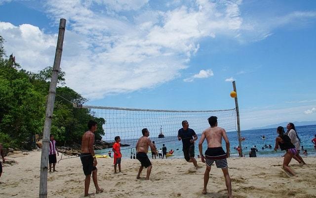 Marigalante Barco Pirata Puerto Vallarta, enfrenta a los piratas en un torneo de voleibol playero