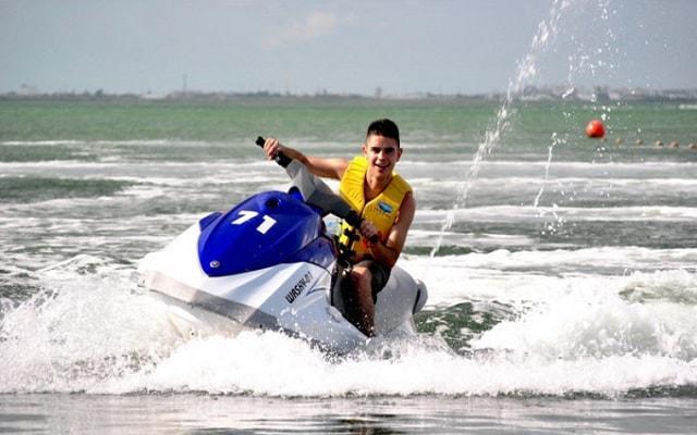 Moto Acuática en Cancún, maneja una moto Yamaha VX 1100