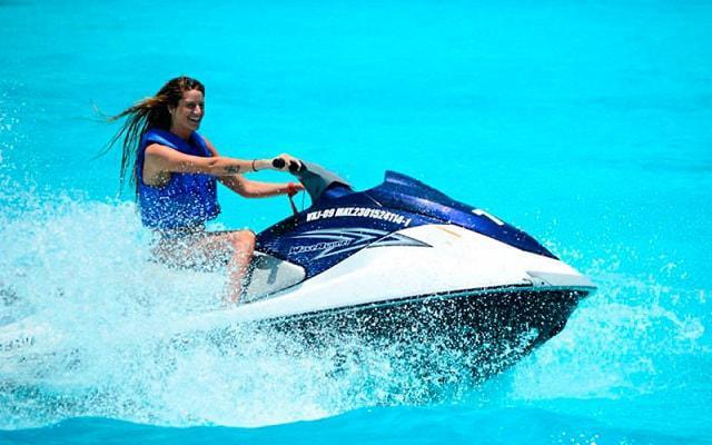 Moto Acuática en Cancún, manejar un Wave Runner es toda una aventura