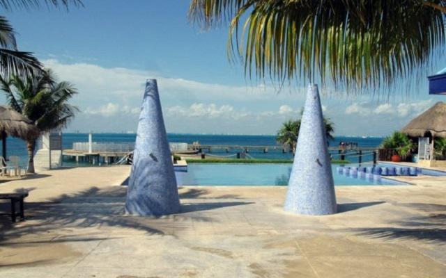 Nado con Delfines Cancún-Isla Mujeres club de playa