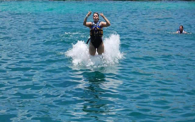 Nado con Delfines Cozumel, disfruta foot push al elegir el programa Royal Swim