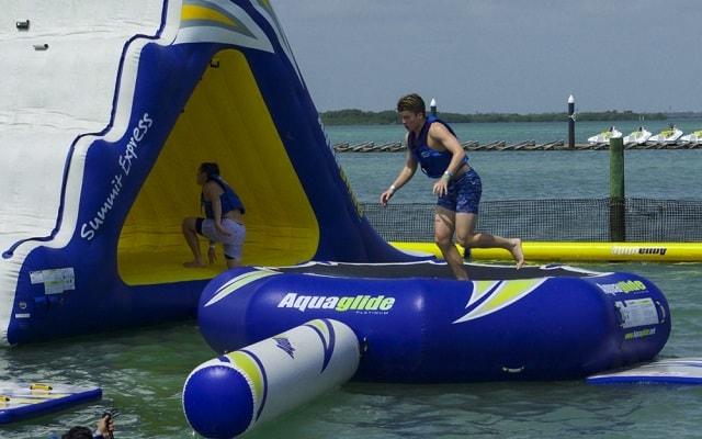 Parque Acuático Inflable Aquaworld, pon a prueba tu destreza