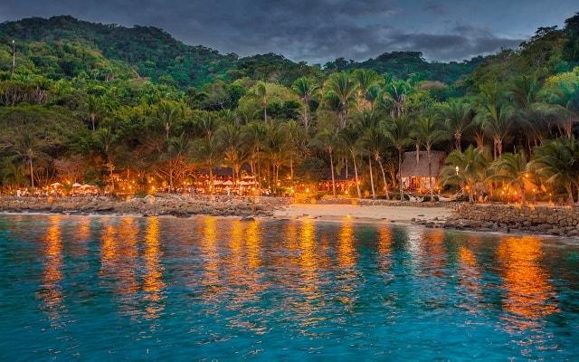 Ritmos de la Noche Savia Puerto Vallarta, iniciarás un paseo en catamarán
