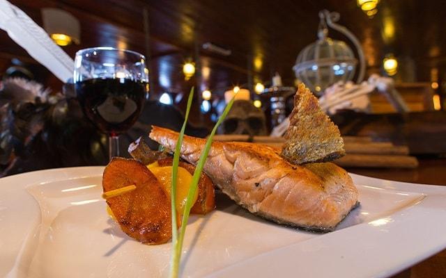 Show Pirata Cancún Jolly Roger, menú salmón a la parrilla