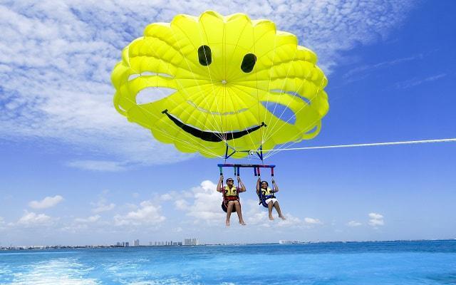 Skyrider Parasailing en Cancún, la opción Parasail Náutico te ofrece divertidos paracaídas