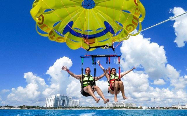 Skyrider Parasailing en Cancún, comparte esta experiencia con quién más lo desees