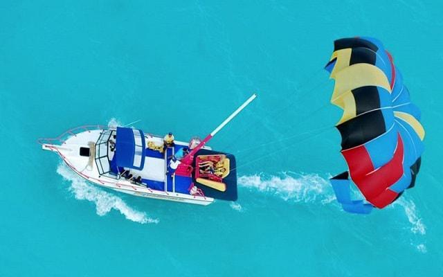 Skyrider Parasailing en Cancún, una aventura por los aires con vista a la Laguna en la opción Skyrider