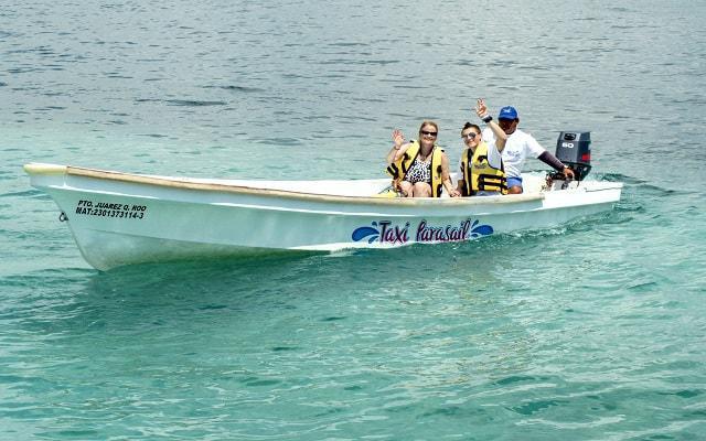 Skyrider Parasailing en Cancún, En Parasail Naútico serás transportado en taxi acuático para llegar a la plataforma de despegue