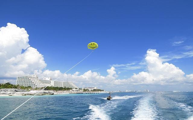 Skyrider Parasailing en Cancún, Parasail Naútico te ofrece bellas vistas del Mar Caribe